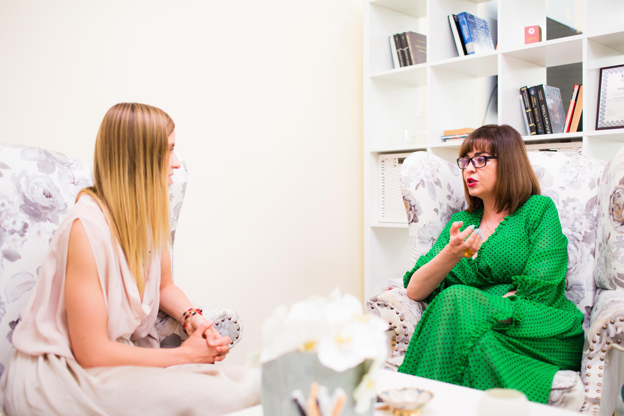 Смотреть Психолог помещает все, о чем мыслит женщина, в пару строк. И в них нельзя не узнать себя видео